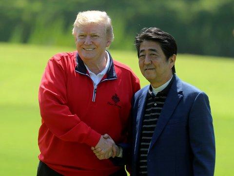 Дональд Трамп приехал в Японию: гольф, сумо и политика (ФОТОЛЕНТА)