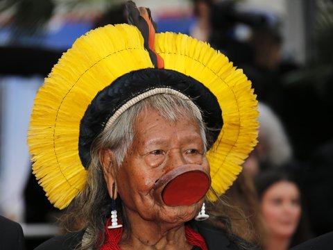 Индейский вождь поехал в тур по Европе, чтобы собрать миллион евро и спасти леса