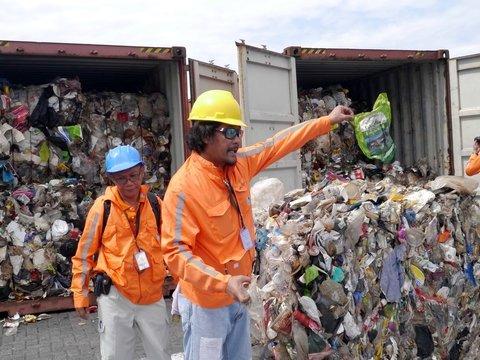Филиппины возвращают в Канаду тонны мусора. Он гнил в порту 5 лет