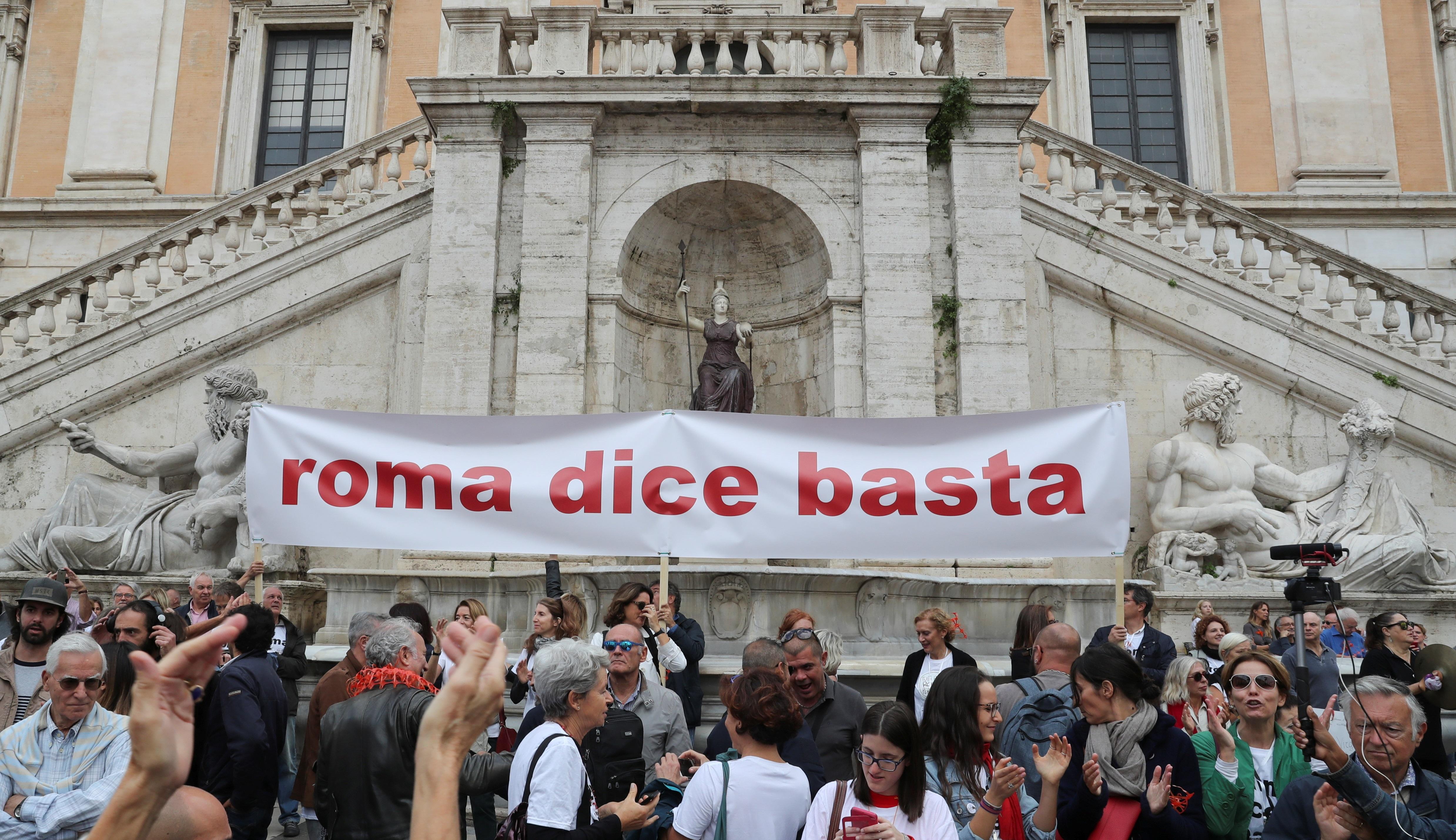 """демонстранты с баннером """"Рим говорит """"Хватит!"""""""