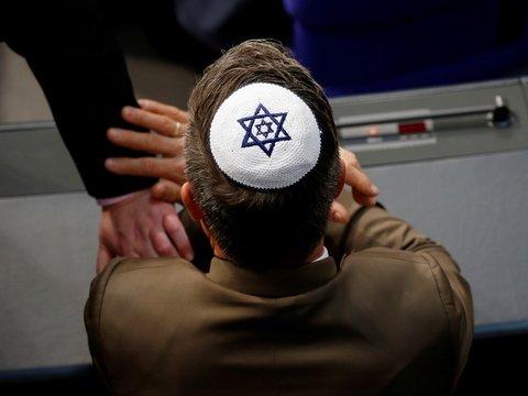 Всех немцев призывают поддержать евреев и тоже надеть кипы