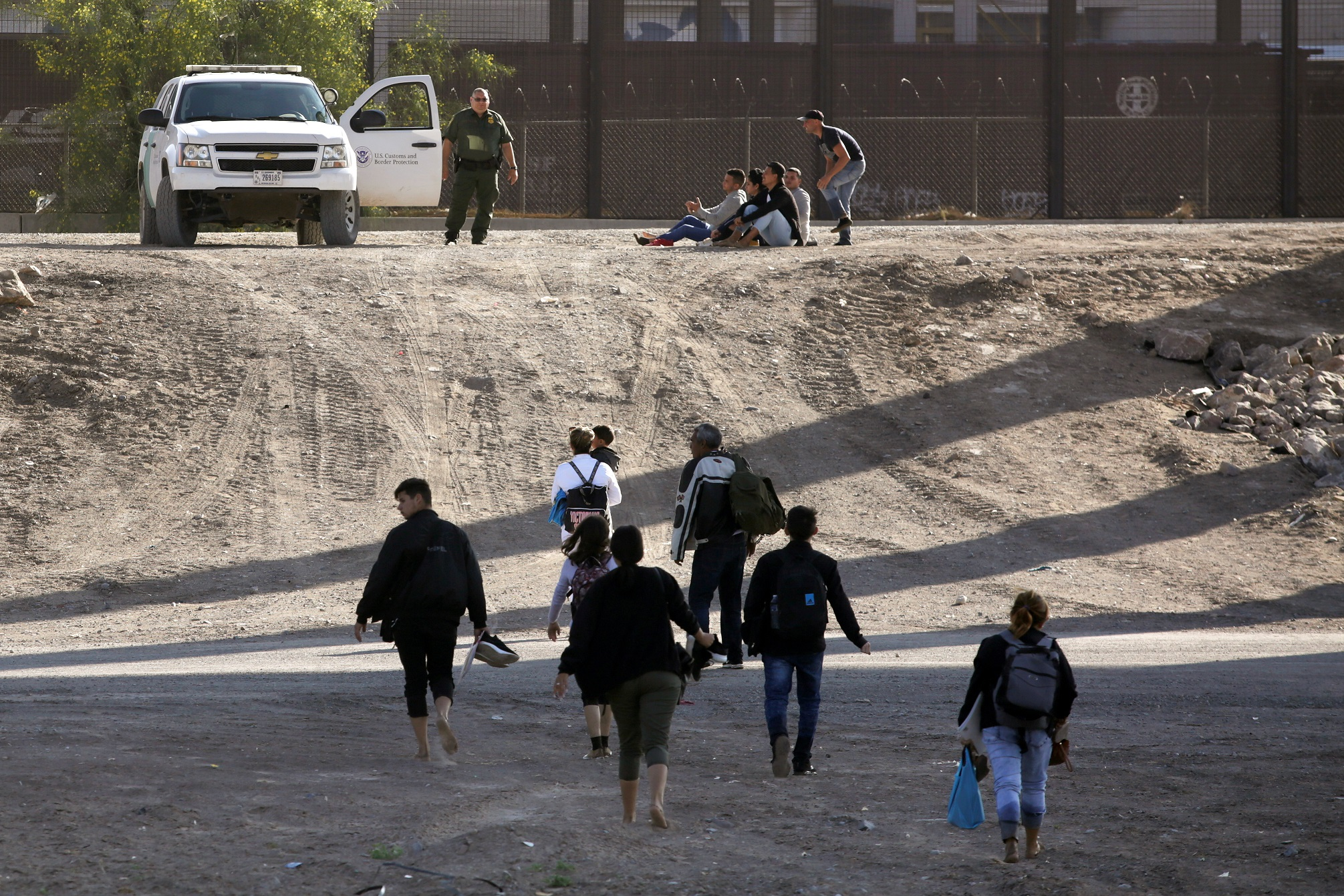 Нелегальные мигранты перебегают границу США