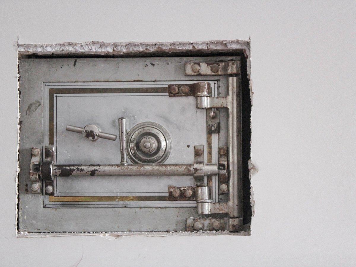 В Канаде турист случайно вскрыл сейф, который не могли открыть 40 лет (фото)