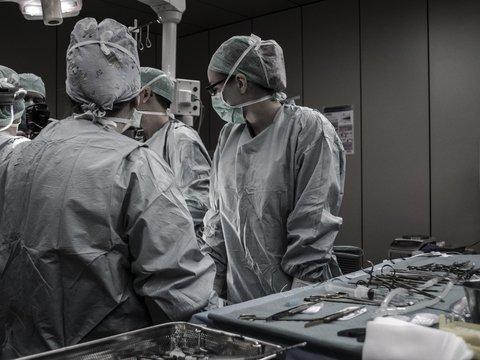 Из-за нападений на врачей в Индии протестуют, а в России ужесточают законы