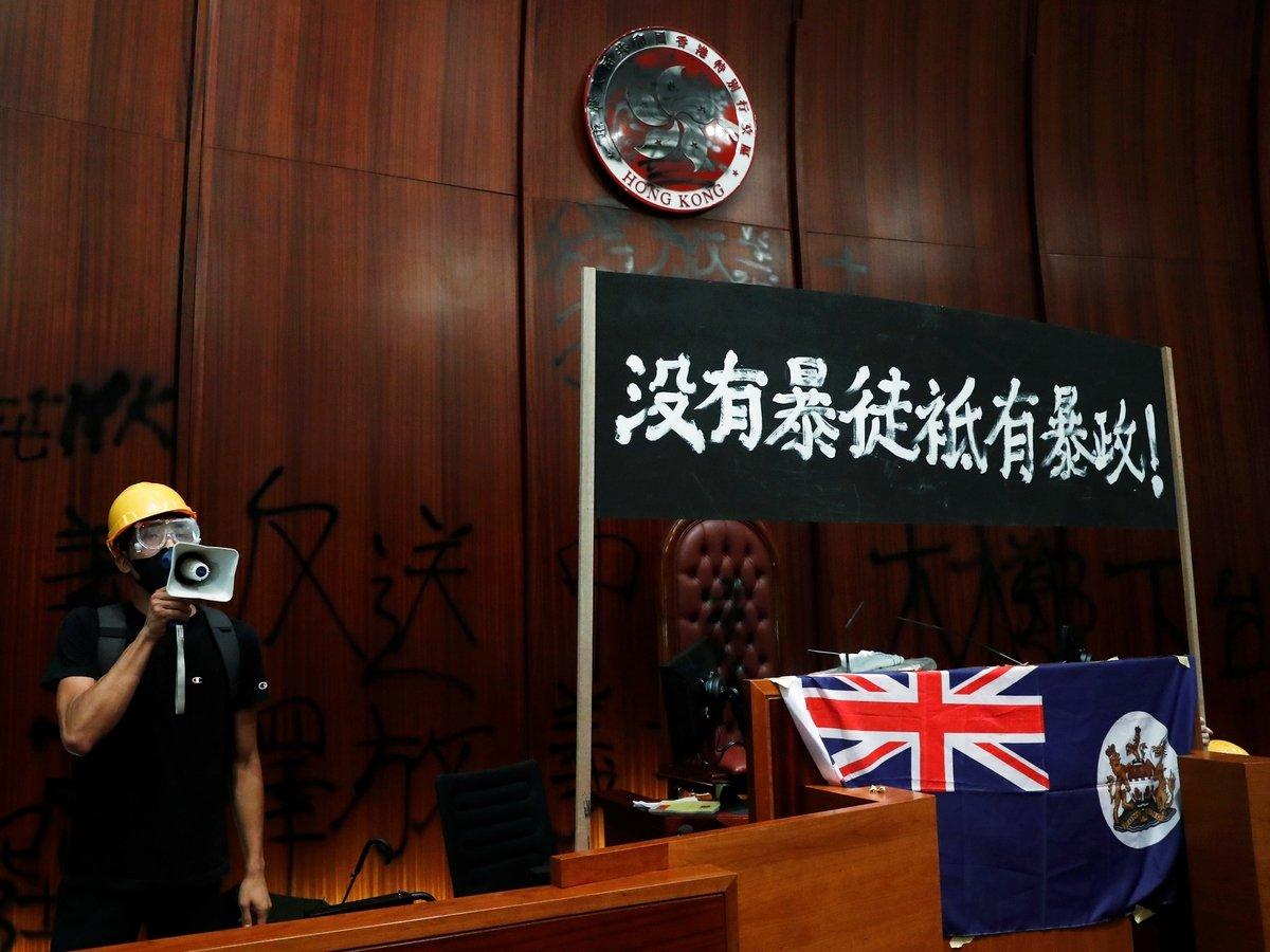 Демонстранты разгромили здание Законодательного совета Гонконга