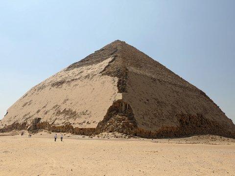 """В Египте открыли """"неправильную пирамиду"""": кривая постройка привлечёт туристов"""