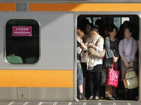 Чтобы туристы на Олимпиаде-20 смогли залезть в поезда, японцев отправят по домам