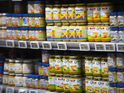 ВОЗ говорит, что производители детского питания закармливают младенцев сахаром