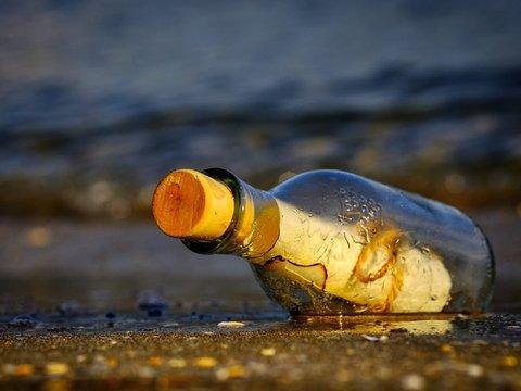 Письмо в бутылке 50 лет скиталось в океане. Его нашли и написали автору ответ