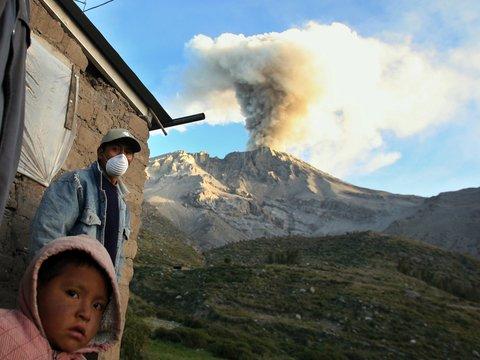 Сотни эвакуированных и животные в масках: Перу под вулканическим пеплом (фото)