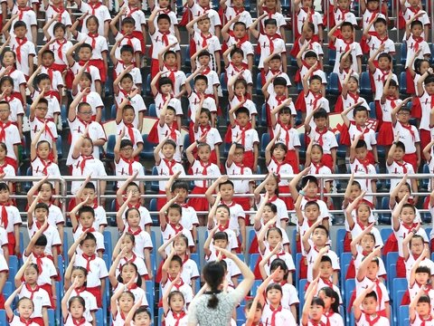 Китаянка усыновила 118 детей. Зачем ей столько и почему её посадили на 20 лет?