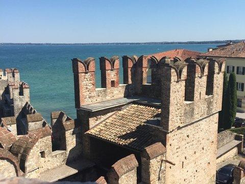 Макрон пригласил Путина в средневековую крепость на Лазурном берегу. Зачем?