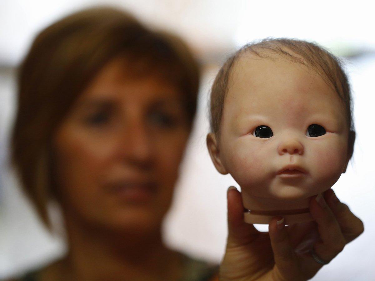 Родители-блогеры превратили своего ребенка в куклу и выставили на продажу
