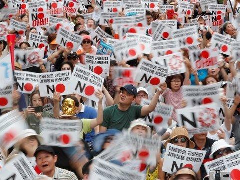 Япония ввела против Южной Кореи торговые санкции. Корейцы обиделись и протестуют
