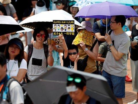Гонконгские семьи с детьми вышли на улицы, чтобы поддержать протестующих