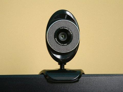 Все заклеивают камеры компьютеров (даже Цукерберг). Но стоит ли?