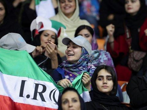 """Спасибо ФИФА: Иран разрешит женщинам смотреть на """"полуголых мужчин"""" на футболе"""