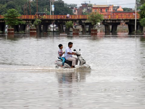 Наводнение в 2-х индийских штатах унесло жизни 122 человек (фото, видео)