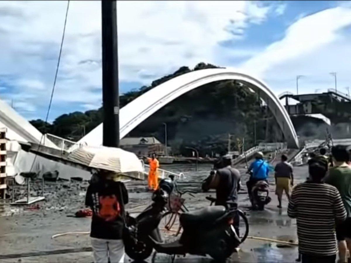 В Тайване 140-метровый мост рухнул, похоронив под собой рыбаков (фото, видео)