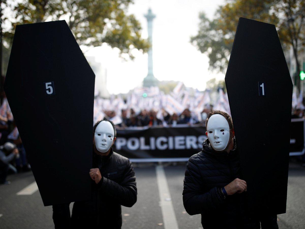 """Забастовка, гробы и ярость: в Париже тысячи полицейских устроили """"марш гнева"""""""