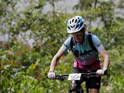 """Лень идти в спортзал? — 70-летняя женщина участвует в велогонке """"Дорога Смерти"""""""