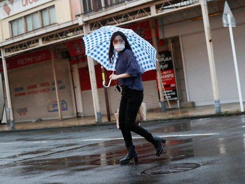 Погода в Японии не радует. В страну пришёл тайфун  — самый мощный за 60 лет