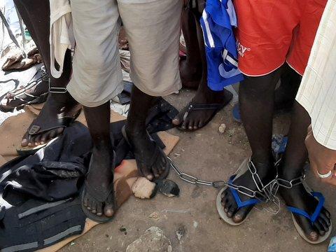 Снова Нигерия: полиция нашла в исламской школе 300 учеников в кандалах (фото)