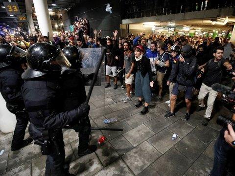 Арест сторонников независимости Каталонии вызвал многотысячные акции протеста