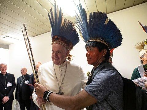 """""""Католические экстремисты"""" утопили амазонские статуи и огорчили Папу римского"""