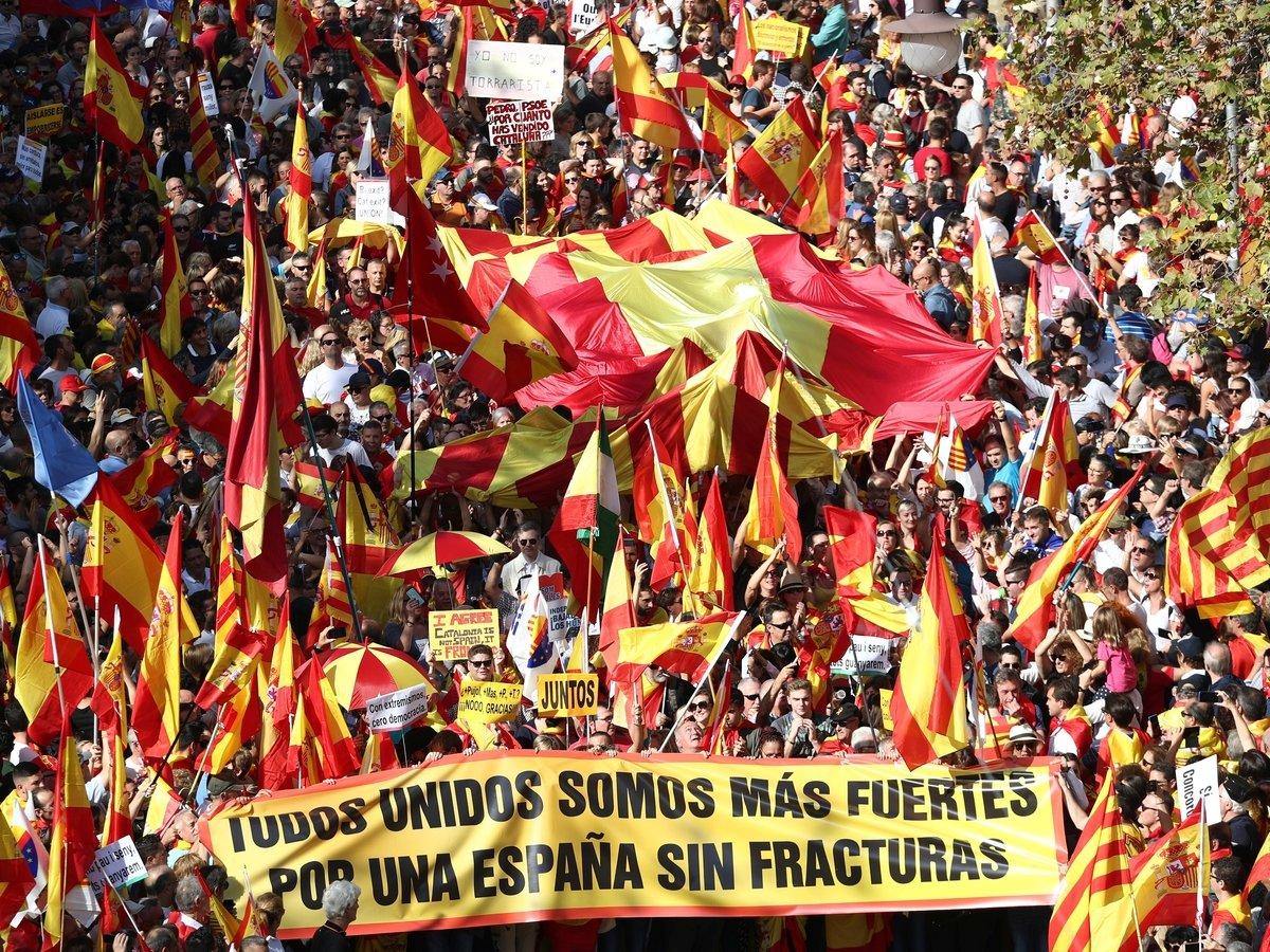 Независимости хотят не все: 80 000 каталонцев митингуют за единую Испанию