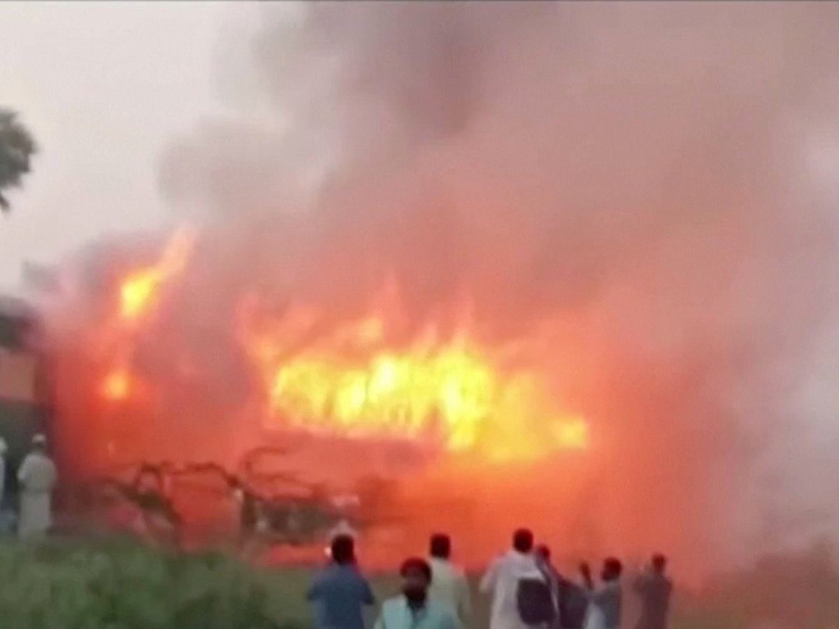 В Пакистане загорелся поезд, погибли 65 человек. Причина пожара — яичница