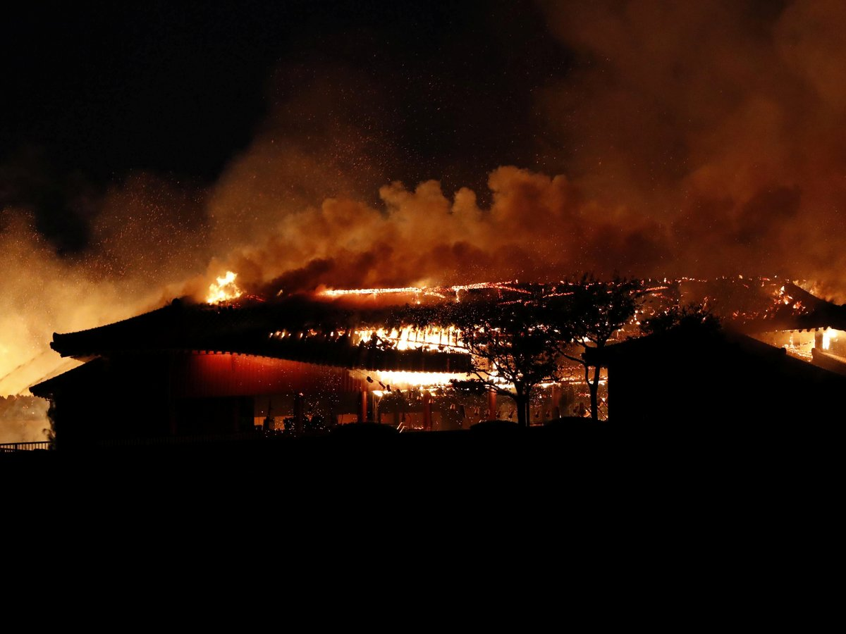 Потеря масштаба Нотр-Дама: в Японии сгорел дворец 14-го века (фото, видео)