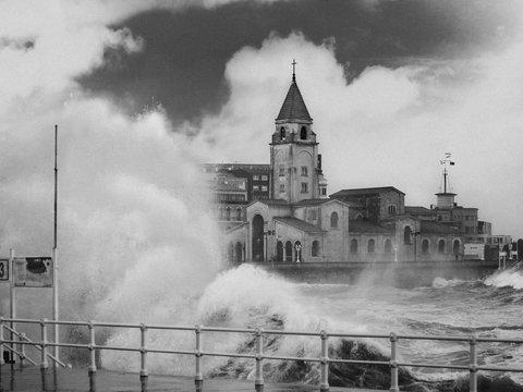 """Не повезло с погодкой: шторм """"Амели"""" лишил электричества 140 000 европейцев"""