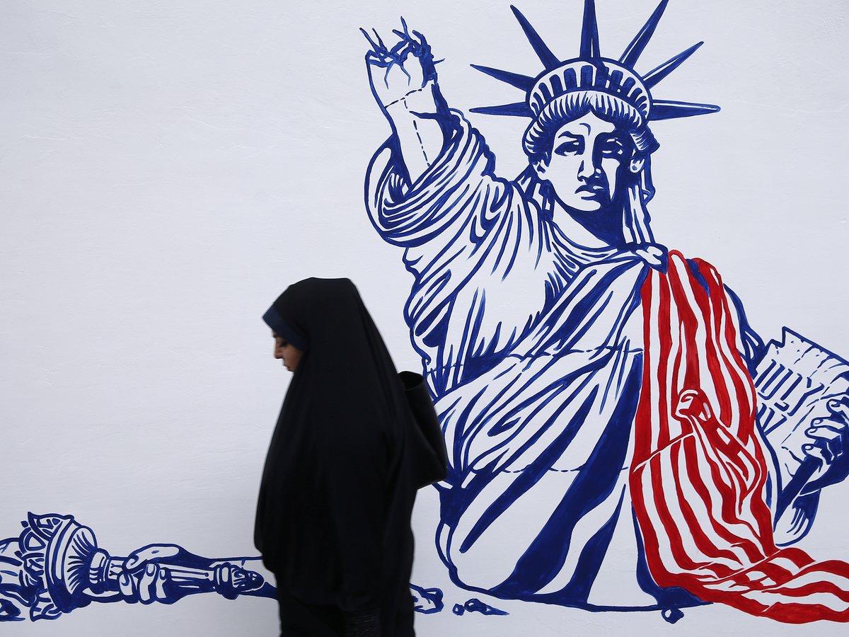 Флаги, лозунги и расписные стены — в Иране празднуют захват посольства США