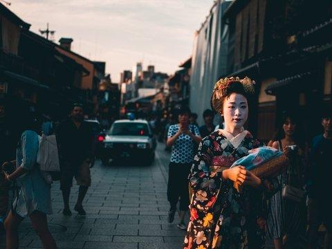 Штраф за селфи: в Японии будут наказывать за фото с гейшами