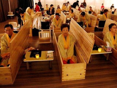 """В Корее предлагают бесплатные похороны. Условие одно — """"труп"""" должен быть живым"""
