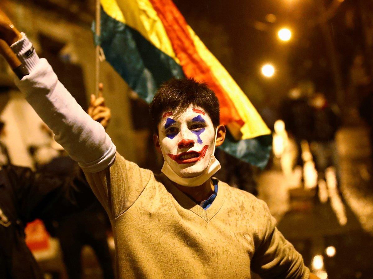 Протесты в Боливии: мэра города облили краской и отрезали волосы (фото)