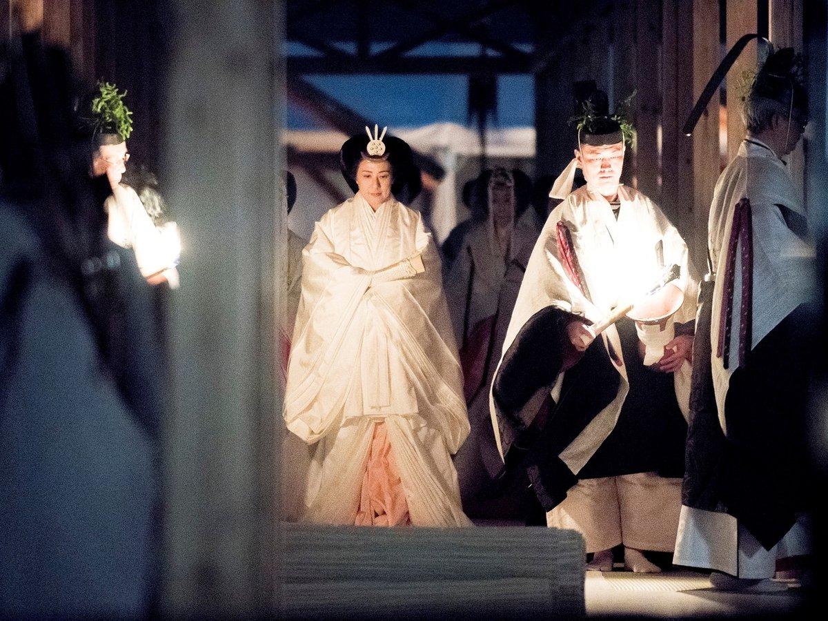 Император Японии за $25 миллионов соблазнит любую — например, богиню Солнца