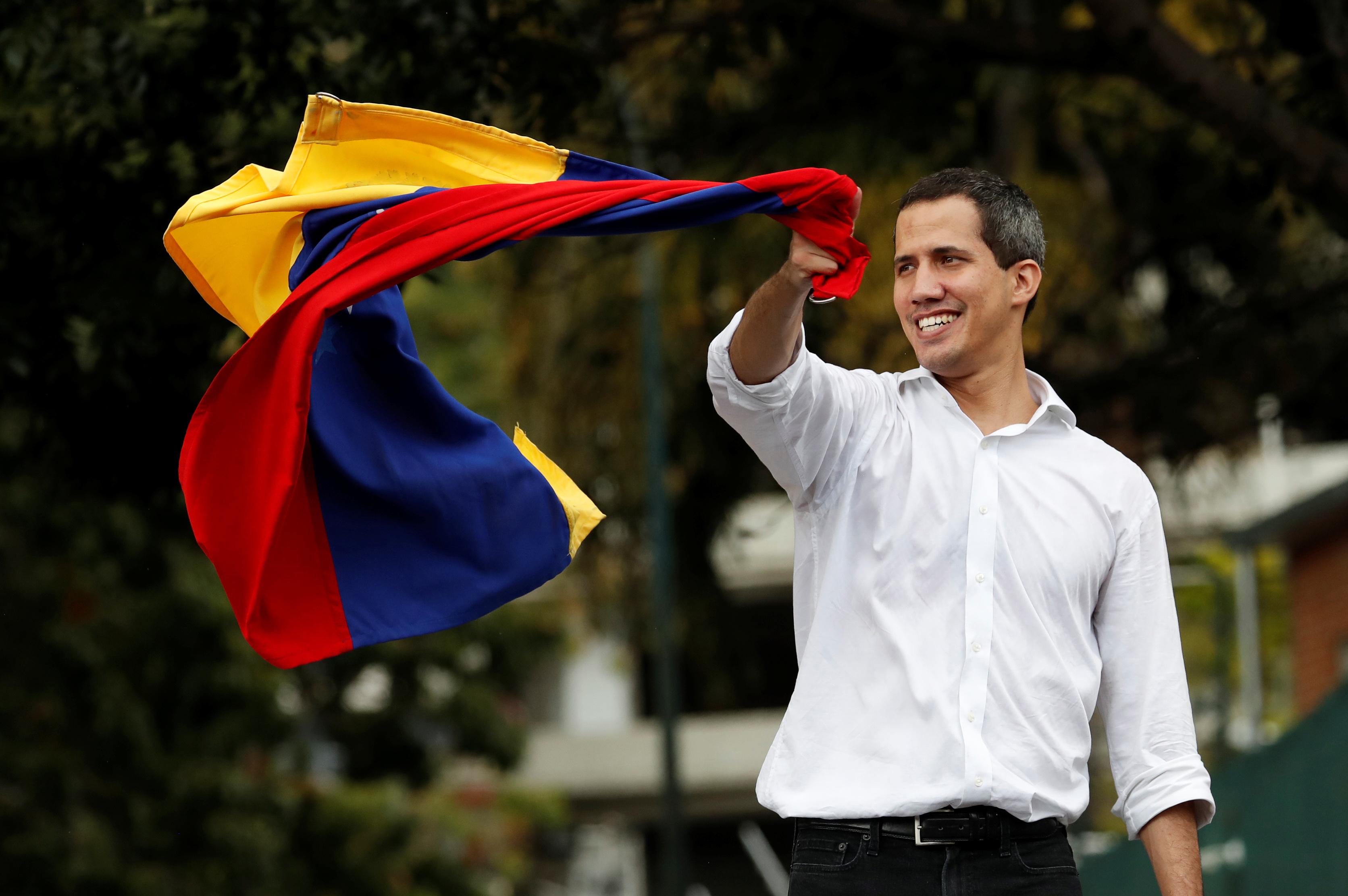 Хуан Гуайдо снова лезет на баррикады