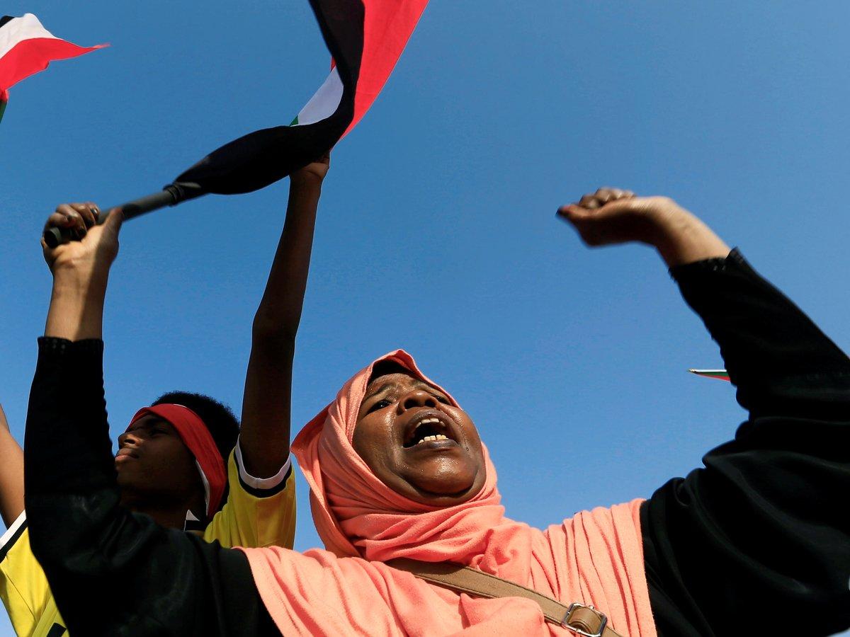 В Судане новые власти распустили бывшую правящую партию и освободили женщин