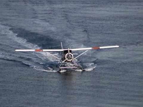 Новая эра авиации: в Канаде запустили электрический гидросамолёт (видео)