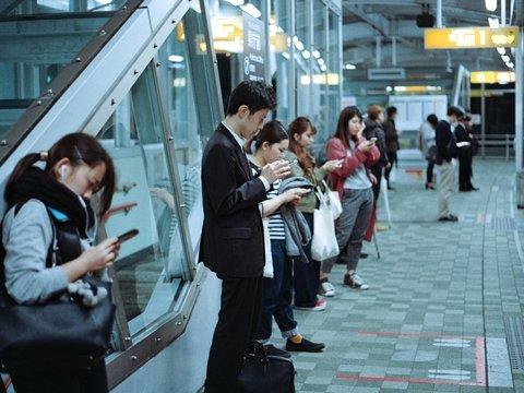 Смартфоны поумнели, а мы — нет: как люди калечатся из-за мобильных