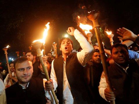 """Жители Индии огорчились из-за """"антимусульманского"""" закона и пошли жечь автобусы"""