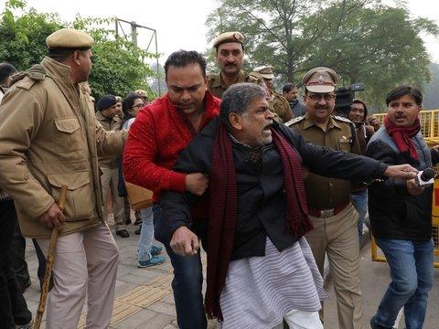 В Индии арестованы тысячи человек — они нарушили запрет протестовать (фото)
