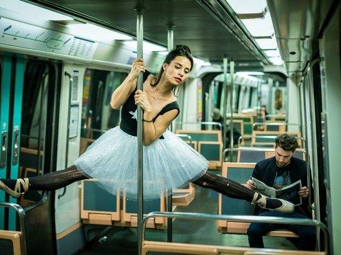 Макрон хочет отнять пенсии у балерин — в знак протеста они танцуют на улице