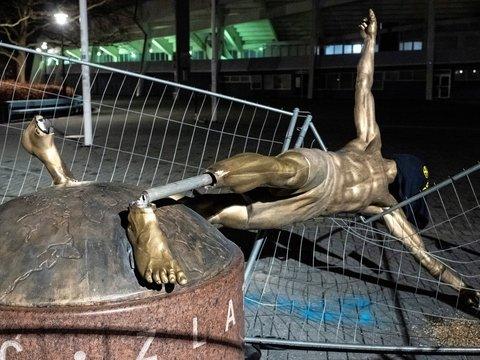 """Златан разозлил фанатов """"Мальмё"""" — в отместку они отпилили ноги его статуе"""