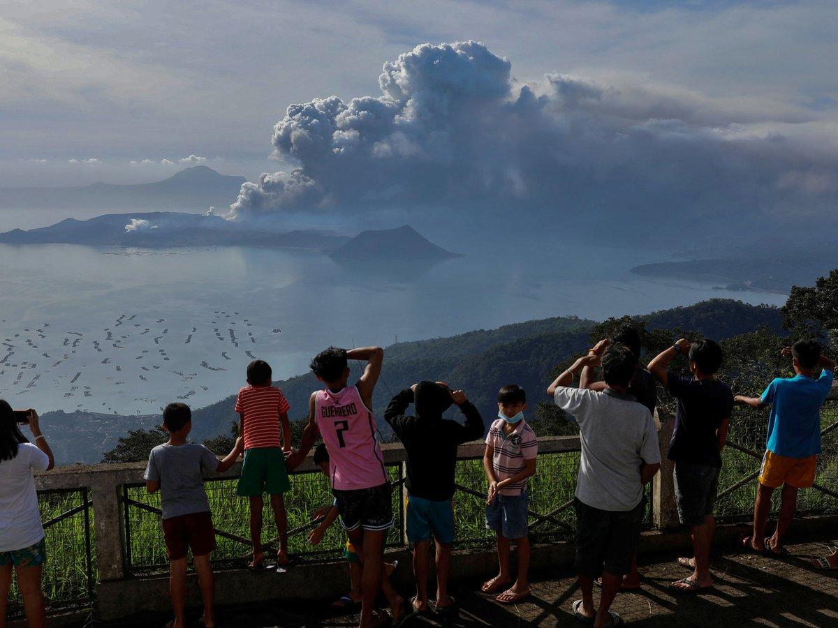 Вулкан на Филиппинах угрожает безопасности 500 000 местных жителей (фото+видео)