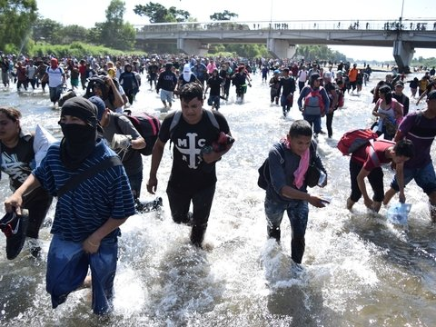 """Новый """"караван мигрантов"""" дошёл до Мексики, но его развернули у границы"""