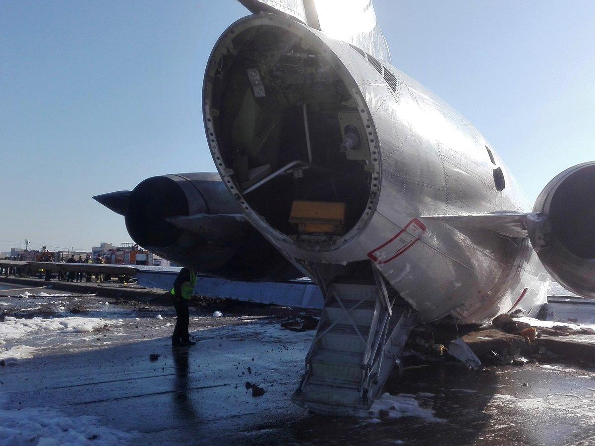 В Иране пассажирский лайнер укатился в город после жёсткой посадки (видео)
