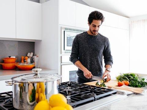 Холодильник, мультиварка и мужчина: в сети решают, как не опозориться на кухне